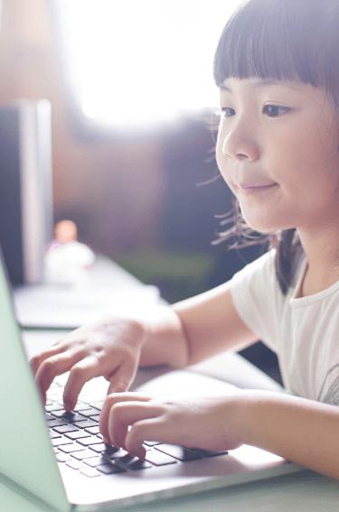女児がプログラミングに挑戦している様子